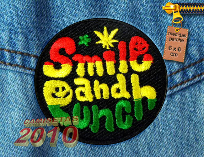 PARCHE  BORDADO CON LETRERO SMILE AND PUNCH